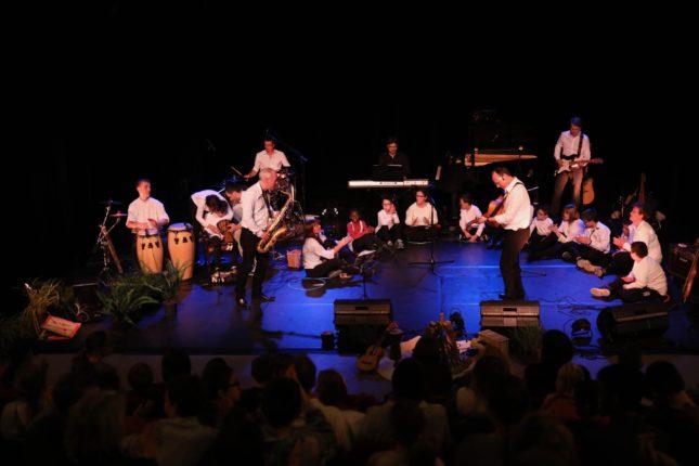 Sur scène, 13 jeunes artistes dont le talent a bouleversé le public